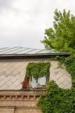 Metalldach mit Oberlichtern und Dachboden Stockbilder