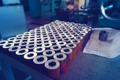 Metalldelar, når att ha bearbetat med maskin på enklipp maskin Arkivfoton
