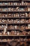 Metalldetaljer på hyllorna Arkivbild