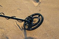 Metalldetektor auf dem Sand Stockbild
