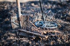 Metalldetektor, spade och finna rostig metall rekreation hobby Royaltyfri Fotografi