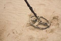 Metalldetektorspole på stranden royaltyfria bilder