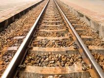 Metalleisenbahn oder Bahnzug mit Felsen Konzept des Transportes, Reise, Ziel, Erfolg Lizenzfreie Stockfotografie