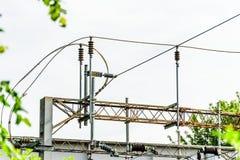 Metallelektrische HochspannungsEnergiekabel über Eisenbahn Stockbilder