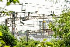 Metallelektrische HochspannungsEnergiekabel über Eisenbahn Stockfoto