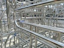 Metaller och aluminiumstålram i lastlagerfabriken royaltyfri foto