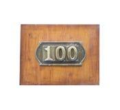 Metalletikett med numret 100 Arkivbild