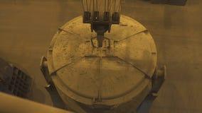 Metallfabrik Varm produktionslinje för stålrör Glödhet metallrörproduktionsprocess metallurgy arkivfilmer