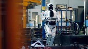 Metallfabrikslokal med en cyborg observera det lager videofilmer