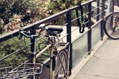 Metallfahrrad, das an einem Zaun hängt stockfoto