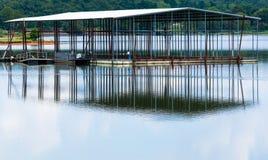Metallfartygskeppsdocka som reflekterar på sjön arkivbilder