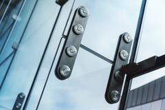 Metallfestlegung mit Bolzen für Glasfenster Stockfotos