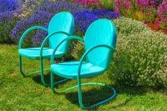 Metallgarten Stühle In Einem Garten Stockfoto