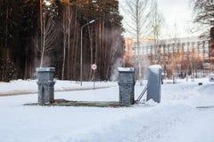Metallgebäude und -dampf im Winter stockfotografie