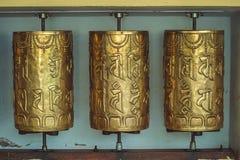 Metallgebetsräder mit Beschwörungsformeln in Dharmshala stockfotos