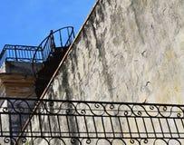 Metallgewundenes Treppenhaus zum Dach Stockfoto