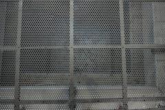 Metallgitter, das unten zum Untergrund schaut lizenzfreie stockfotos