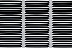 Metallgitter für graue Belüftung Industrieller Hintergrund Schwarzes horizontales und Schrägstreifen auf einem grauen Hintergrund lizenzfreie stockfotos