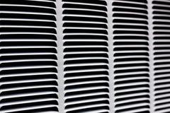 Metallgitter für graue Belüftung Industrieller Hintergrund Schwarzes horizontales und Schrägstreifen auf einem grauen Hintergrund stockfoto