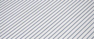 Metallgrå färgtak med rytmiska parallella lättnadsriktningar Arkivbild