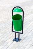 Metallgrüner Abfalleimer auf der Straße Lizenzfreie Stockfotografie