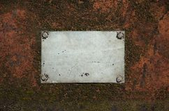 Metallgraue leere Platte mit Kratzern auf einer rostigen Stahloberfläche lizenzfreie stockfotos