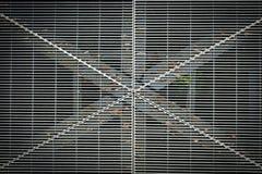 Metallgrill an einem Park lizenzfreie stockbilder