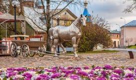 Metallhäst med en vagn royaltyfria bilder