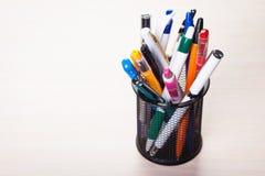 Metallhållare med pennor Arkivfoton