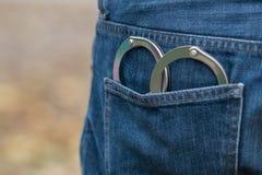 Metallhandbojor i tillbaka jeansfack Royaltyfri Bild