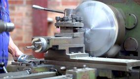 Metallhandel Fräsmaschinebetreiberfunktion Zoom aus Drehendrehbank in der Aktion heraus stock video