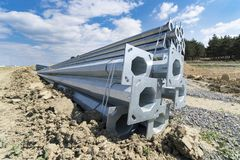 Metallhelle Beiträge am Straßenbaustandort Stockbilder