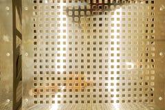 Metallhintergrund-Punktmuster Beschaffenheit des perforierten Edelstahls Bank gemacht vom Metall Ansicht von oben stockbilder