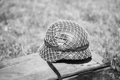 Metallhjälm av infanterisoldaten Of Wehrmacht, Nazi Germany Of World War II på den gamla träasken Arkivbilder