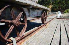 Metallhjul av den gammala vagnen på pir Royaltyfri Fotografi