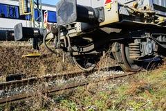 Metallhjul av ett anseende för järnväg bil på stänger Royaltyfri Fotografi