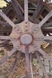 Metallhjul av tappningtraktoren Arkivfoto