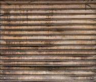 Metallici stagionati Grungy rotolano sulla porta Portone arrugginito del ferro Fotografie Stock