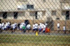 Metallineinander greifen um Schule Lizenzfreie Stockfotos
