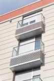 Metallische Balkone auf Gebäude Stockfotos