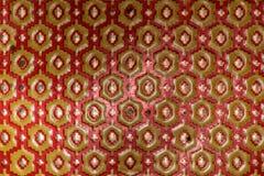 Metallische Beschaffenheit von roten und gelben Hexagonen stockfotografie