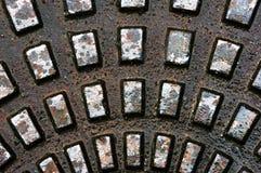 Metallische Beschaffenheiten auf Abwasserkanal Lizenzfreie Stockbilder