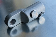 Metallische Bolzenkabelöse mit Bolzen klemmt Reste auf der Leiterplatte fest Stockfotos