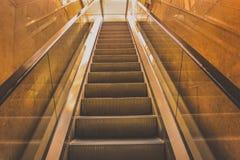 Metallische Farben der Rolltreppe steigt im Einkaufszentrum Stockfotografie