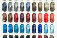 Metallische Farbenproben des verschiedenen Autos auf Stand Lizenzfreies Stockbild