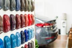 Metallische Farbenproben des verschiedenen Autos auf Stand Stockfotografie