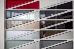 Metallische Farbenproben des verschiedenen Autos auf Stand Stockbild