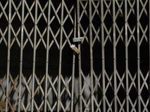 Metallische Fensterladentür lizenzfreie stockbilder