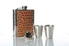 Metallische Flasche für alkoholisches Getränk auf Spiegeltabelle Lizenzfreie Stockfotografie