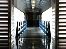 Metallische moderne Innenbrücke Stockfotos